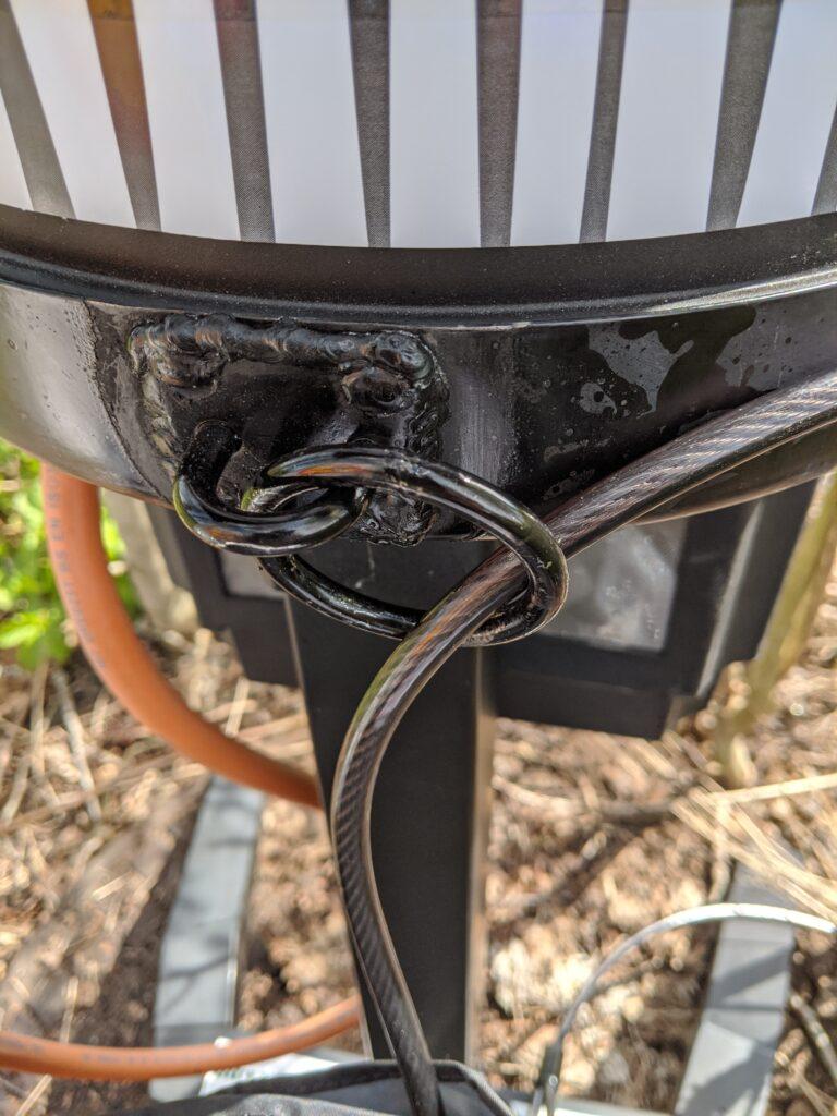 En bild som visar utomhus, stol, sitter, metall  Automatiskt genererad beskrivning